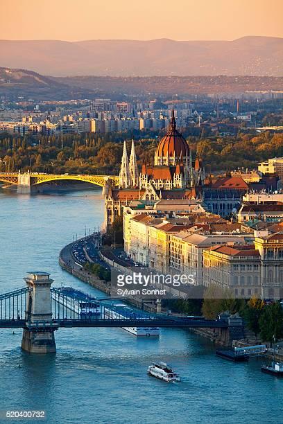 chain bridge over danube river and parliament - sede do parlamento húngaro - fotografias e filmes do acervo