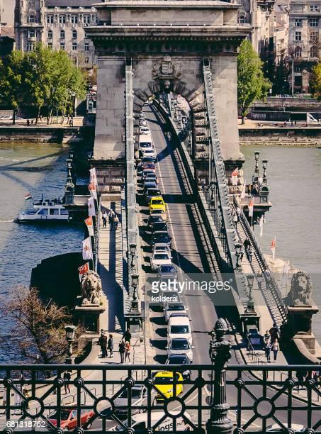 chain bridge traffic, budapest - ponte széchenyi lánchíd - fotografias e filmes do acervo