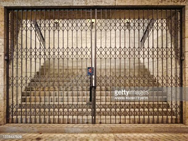 chainlink fence in front of building - olympiastadion berlin stock pictures, royalty-free photos & images