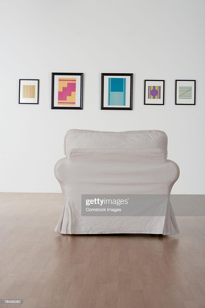 Chair in art gallery : Stockfoto