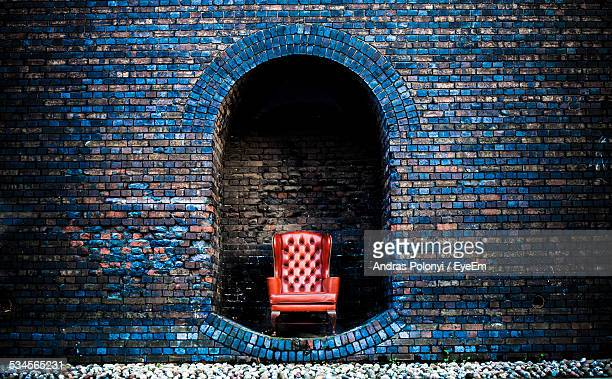 chair in between arch made inside wall - throne stock pictures, royalty-free photos & images