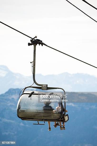 chair lift for the ski runs at whistler peak in british columbia, canada - gondel stock-fotos und bilder