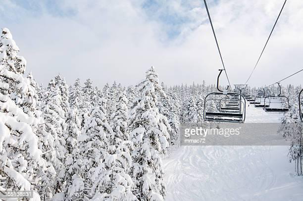 Sessellift im Schnee und Winter Landschaft