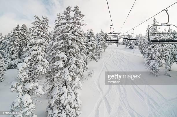 Sedia ascensore nel paesaggio di neve inverno