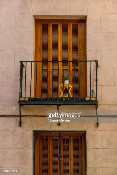 a chair on the balcony - vicente méndez fotografías e imágenes de stock