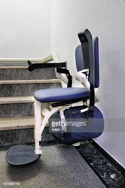 cadeira elevador de escada cadeira para os deficientes na posição downstairs - elevador de escada imagens e fotografias de stock