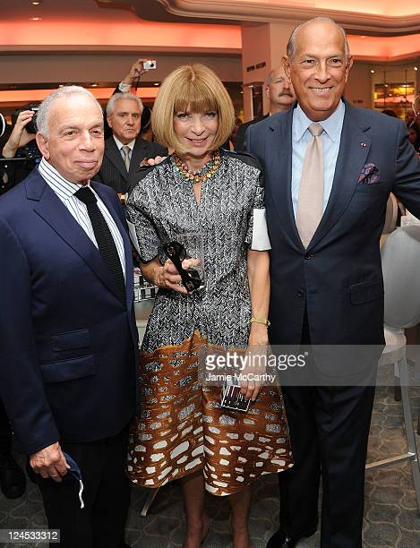 Chairman and CEO of Advance Publications Si Newhouse and EditorinChief of American Vogue Anna Wintour and designer Oscar de la Renta attend the...