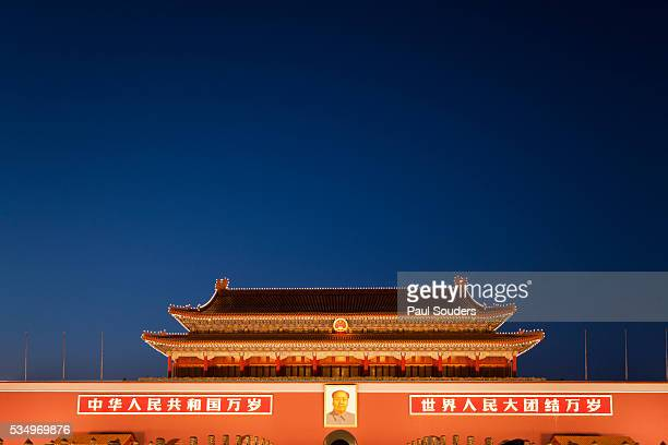 chairman mao portrait at the forbidden city - tiananmen square stock pictures, royalty-free photos & images