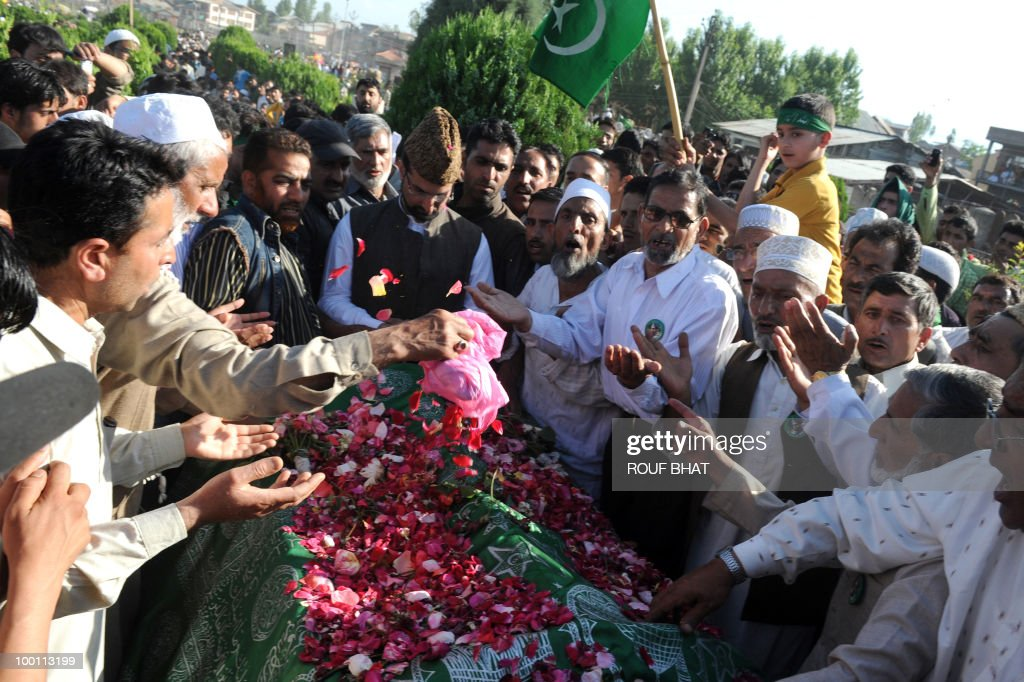 Chairman of the All Parties Hurriyat Conference (APHC), Moulvi Umar Farooq prays at his father's grave during a procession to commemorate the killing of two prominent separatist leaders Mirwaiz Mohammad Farooq and Abdul Gani Lone, in Srinagar on May 21, 2010. Thousands of people turned out to pay tribute to two slain separatist leaders in Indian Kashmir, as a one-day strike called to mark the occasion closed shops and businesses. The strike was called by the moderate faction of the Himalayan region's main separatist alliance, the All Parties Hurriyat Conference, to remember Molvi Mohammed Farooq and Abdul Gani Lone. AFP PHOTO/Rouf BHAT
