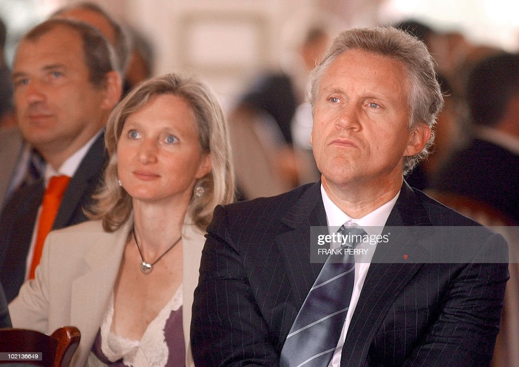 Chairman of the Board and Chief Executive Officer of General Electrics Jeffrey Immelt, chairman of the Invest in France Agency Clara Gaymard and French Junior Minister for Industry Francois Loos listen Siemens' chairman Klaus Kleinfield during the 3rd World Investment Conference, 01 July 2005 in La Baule. World Investment Conference is a platform to bring business executives, specialists such as regional and national development agencies and representatives of EU member states, the European Commission and the European Parliament to consider the issues involved and contribute to the development of national and EU strategies for the implementation of the Lisbon agenda.