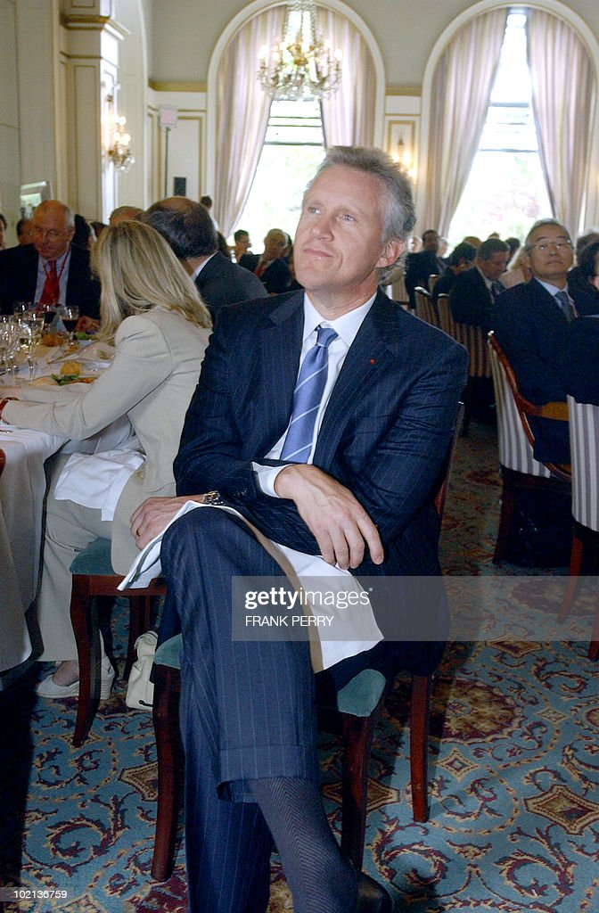 Chairman of the Board and Chief Executive Officer of General Electrics Jeffrey Immelt listens Siemens' chairman Klaus Kleinfield during the 3rd World Investment Conference, 01 July 2005 in La Baule. World Investment Conference is a platform to bring business executives, specialists such as regional and national development agencies and representatives of EU member states, the European Commission and the European Parliament to consider the issues involved and contribute to the development of national and EU strategies for the implementation of the Lisbon agenda.