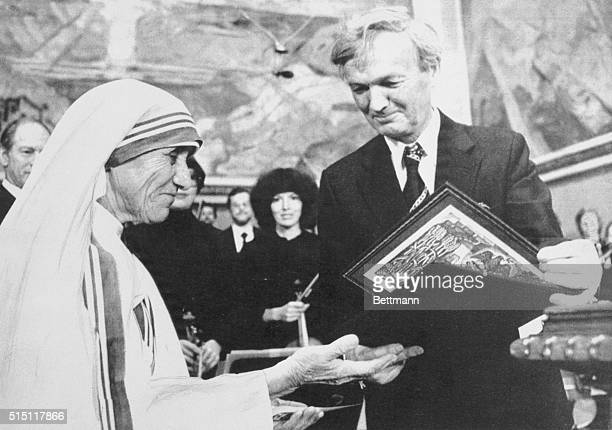 Chairman of the Norwegian Nobel Institute prof John Sanness is handing over this year's Nobel Peace Prize to Mother Teresa