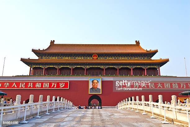 chairmen mao portrait in tiananmen square - mao tsé toung stockfoto's en -beelden