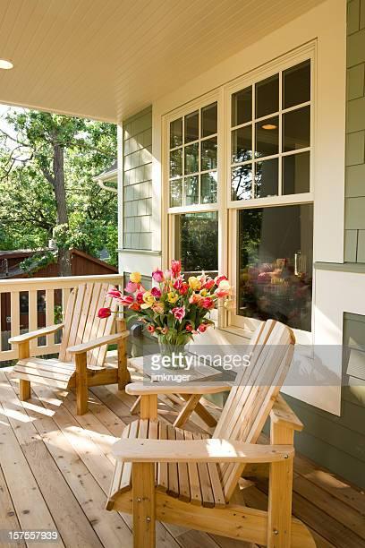 椅子と花ホームのフロントポーチます。 - ポーチ ストックフォトと画像