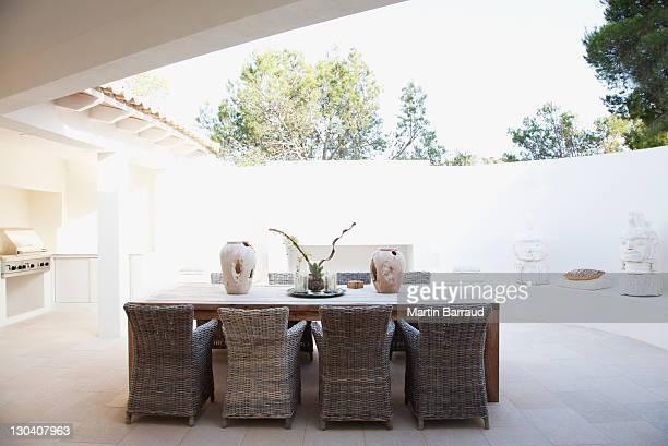 Stühle und Tisch in modernen Restaurants