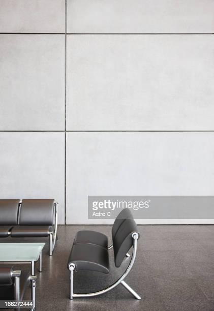 椅子とテーブルのオフィスのロビーエリア