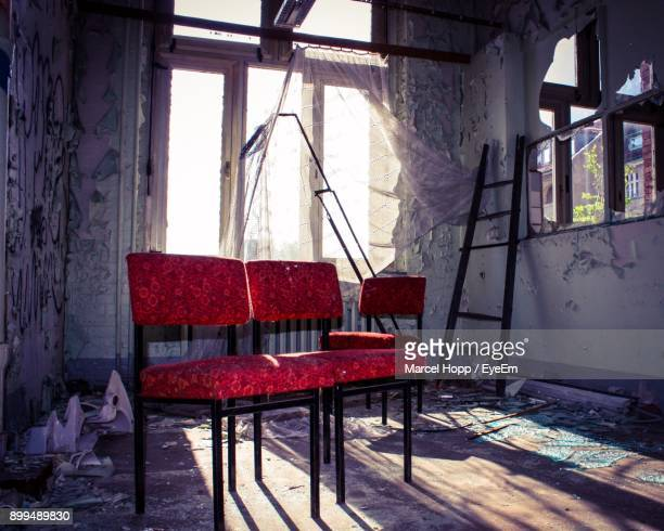 chairs and tables in abandoned room - hopp stock-fotos und bilder