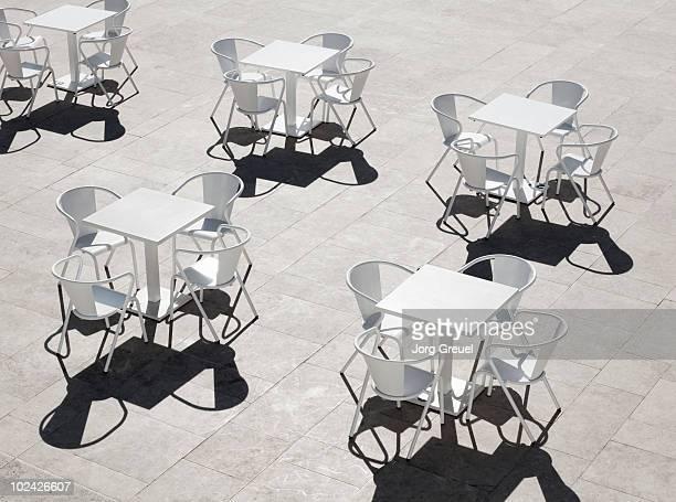 chairs and tables of a street cafe - terrasse de café photos et images de collection