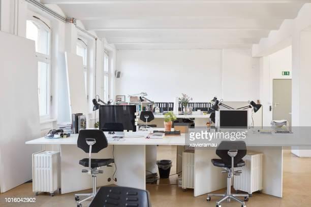 オフィスのデスクで手配の椅子 - オフィス ストックフォトと画像