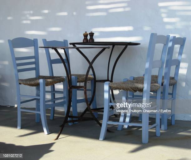 chairs arranged at table against wall - パフォス ストックフォトと画像