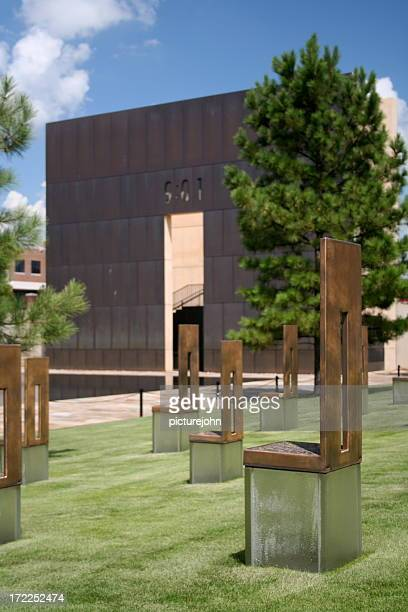 cadeiras no okc bombardeamentos site - monumento comemorativo - fotografias e filmes do acervo