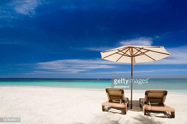 Sillas en la playa tropical