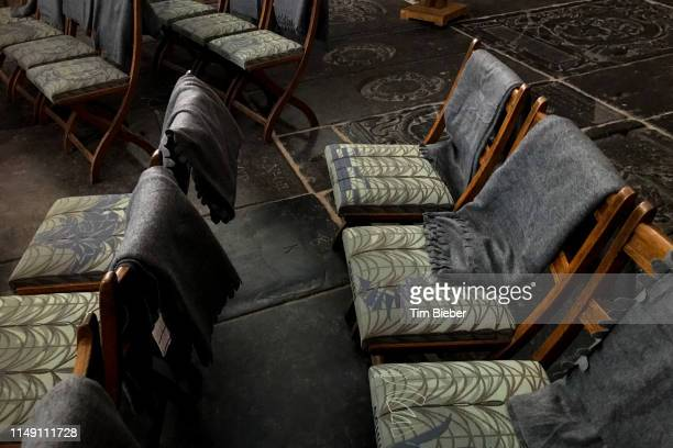 chairs with beautiful fabric and blankets for worshipers in the the oude church in amsterdam - clemence hollande photos et images de collection