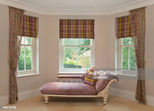 chaise longue in bay window - erker stockfoto's en -beelden