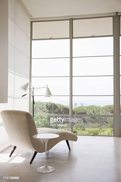 Chaiselongue in der Nähe der Fenster
