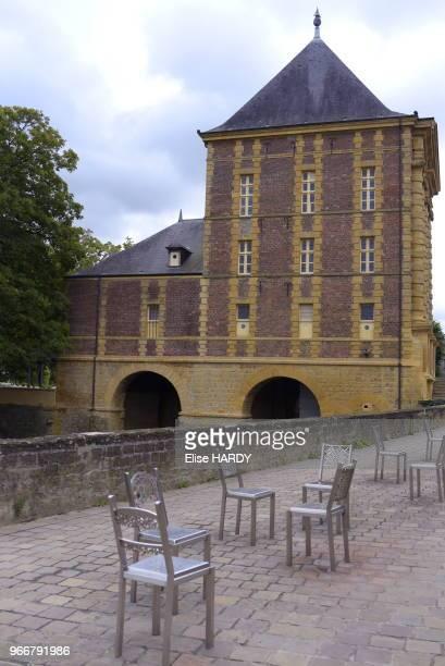 Chaises et ancienne maison du poète Arthur Rimbaud devenue le Musée Rimbaud 22 septembre 2015 CharlevilleMézières Ardennes France