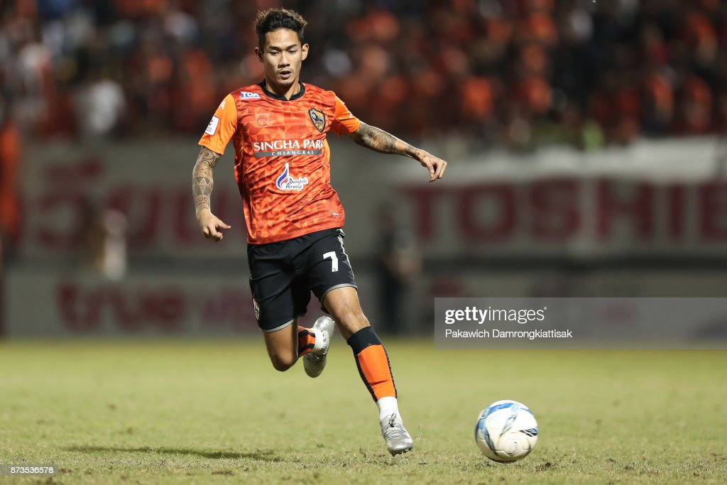 Chaiyawat Buran #7 of Chiangrai United dribble the ball during a Thai League 1 match between Chiangrai United and SCG Muangthong United at Singha Stadium on November 12, 2017 in Chiang Rai, Thailand.