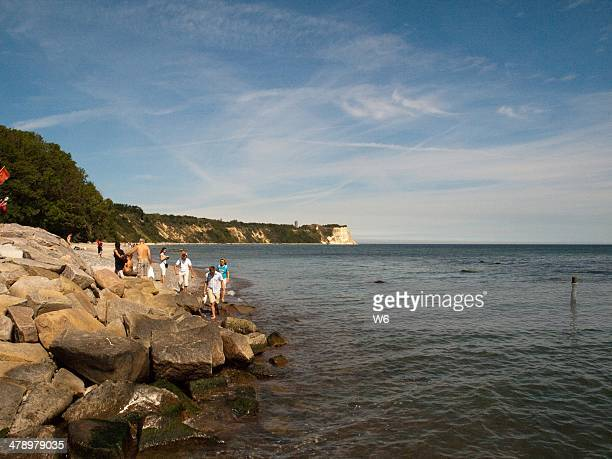 chalk cliffs at rügen island, germany - sonnig stock pictures, royalty-free photos & images