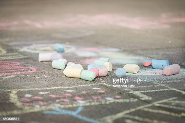 chalk drawings on sidewalk, munich, bavaria, germany - alexandra dost stock-fotos und bilder
