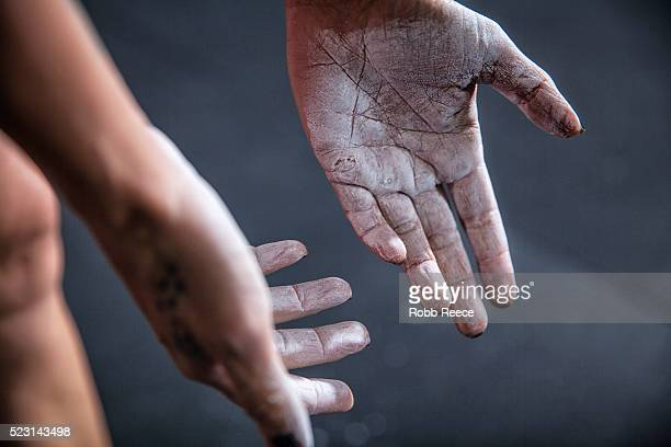 chalk-covered hands of athlete - robb reece 個照片及圖片檔