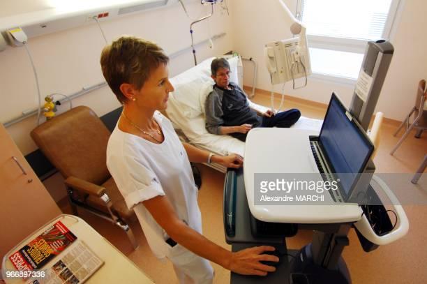 Chambre d'un patient equipee en WiFi et d'un terminal mixte pour consulter les prescriptions les informations mdicales regarder la television et...