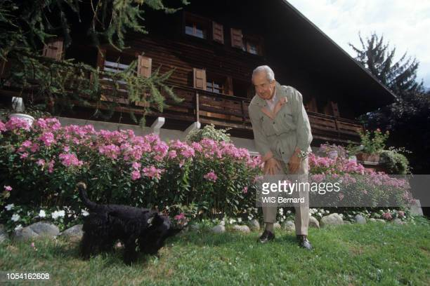 Chamonix France 29 août 1994 Le Premier ministre Edouard BALLADUR et son épouse MarieJosèphe en vacances dans leur chalet avec leurs petitsenfants...