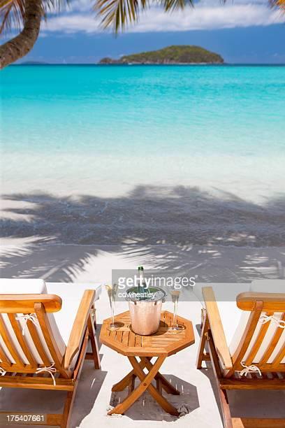 Sekt und Gläser auf einem tropischen Strand am Karibischen Meer
