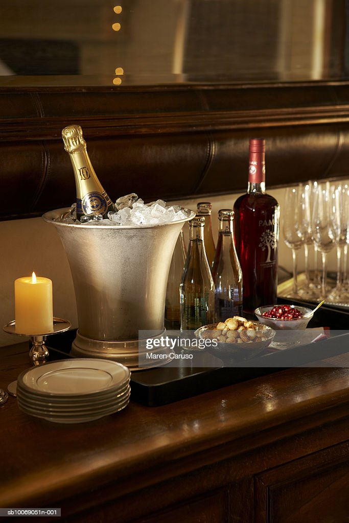Champagne bottles in ice buckets with glasses on table : Stockfoto