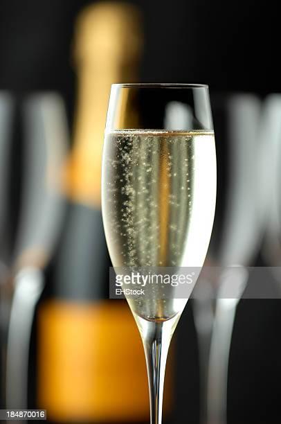 Flûtes de Champagne avec bouteille sur noir