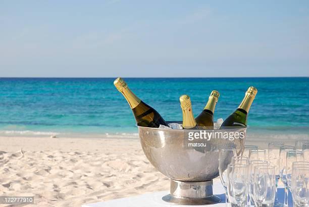 Du champagne pour une fête sur la plage