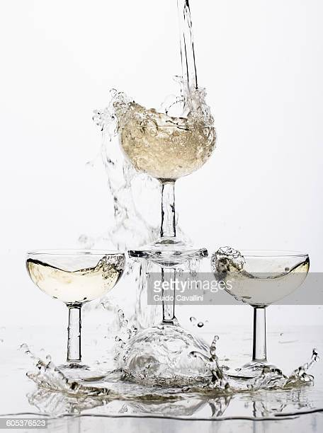 champagne fountain - groupe moyen d'objets photos et images de collection