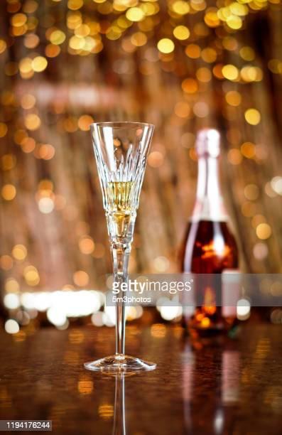 champagne glass flutes new years and holiday wedding celebration - nieuwjaarsreceptie stockfoto's en -beelden