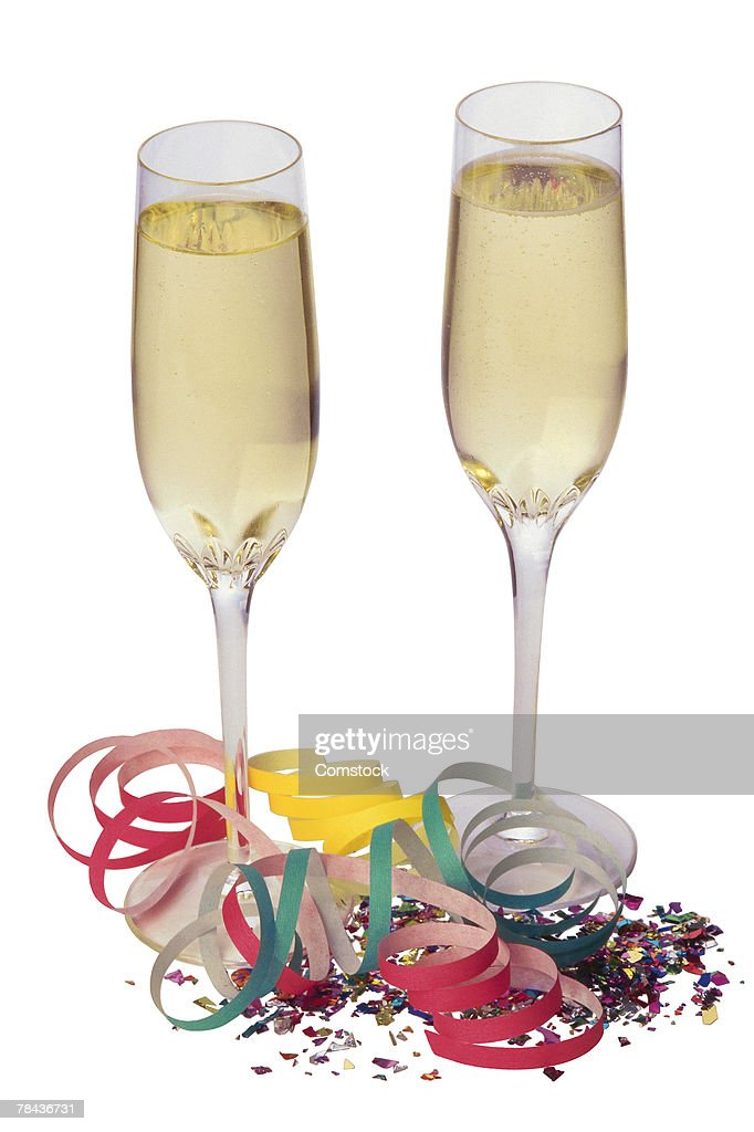 Champagne glasses with confetti and streamers : Stockfoto