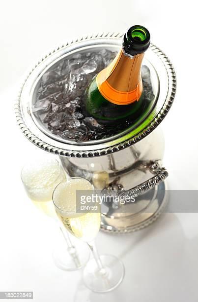 Champagne dans un seau à glace sur la glace