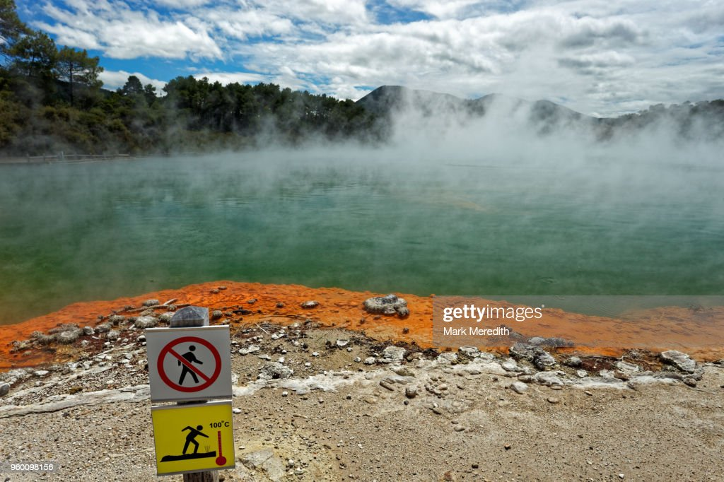 Champagne Pool warning sign in Wai-O-Tapu Thermal Wonderland : Stock-Foto