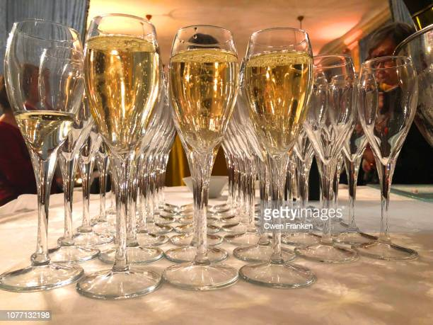 champagne served at a fancy evening event, paris - image photos et images de collection