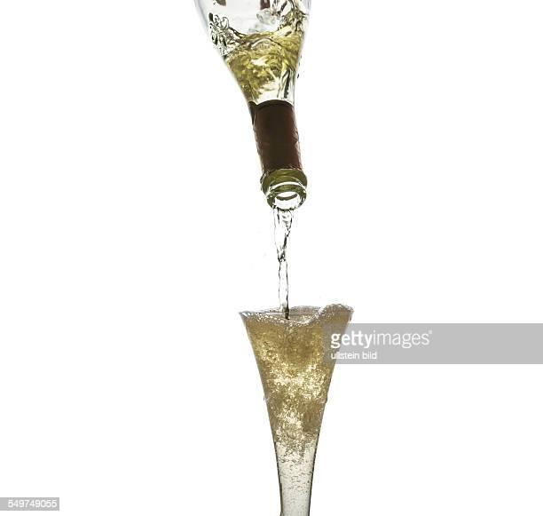 Champagner oder Sekt wird in ein Glas eingegossen Champagnerglas wird mit Sekt gefüllt
