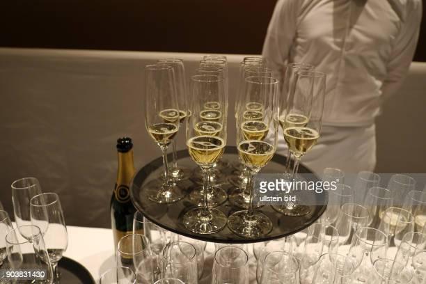 Champagnergläser stehen anlässlich der Eröffnung der 67 Berlinale für die Gäste bereit