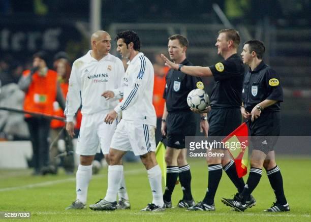 Champions League 02/03 Dortmund Borussia Dortmund Real Madrid 11 RONALDO Luis FIGO/Madrid Schiedsrichter Graham POLL/ENG mit Assistenten Kevin...