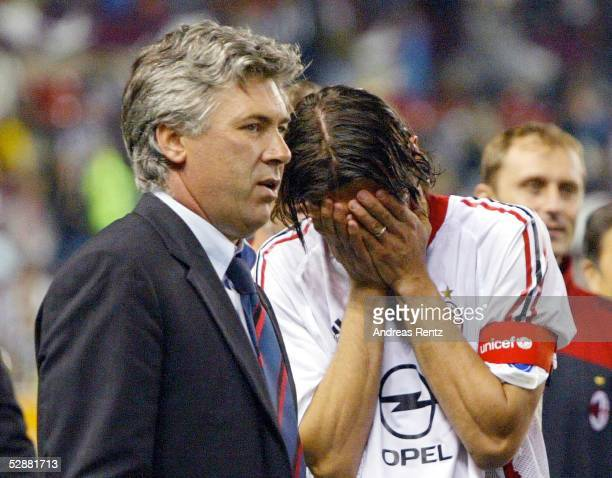 Champions League 02/03 Finale Manchester AC Mailand Juventus Turin 32 iE Trainer Carlo ANCELOTTI/Mailand weinender Paolo MALDINI/Mailand
